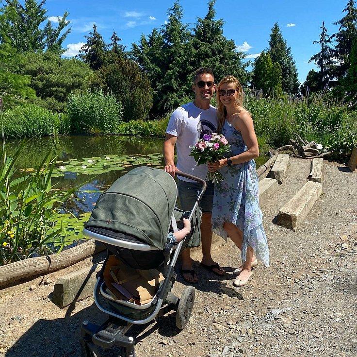 Tomáš Plekanec se svou partnerkou Lucií a dcerou v pražské botanické zahradě.