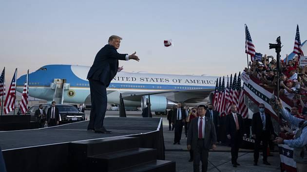 Americký prezident Donald Trump vystoupil v Sanfordu na Floridě na prvním předvolebním mítinku poté, co se nakazil koronavirem