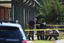 Čtrnáctiletého chlapce, který ve středu střílel u základní školy v Jižní Karolíně, obžalovali z vraždy a z pokusu o tři další.