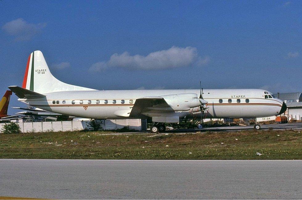 Letoun Lockheed L-188A Electra. Stejný typ, jakým se vraceli domů nadšení diváci Super Bowlu netušící, co je čeká