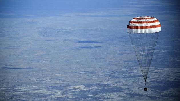 V kazašské stepi dnes úspěšně přistál návratový modul lodi Sojuz, v němž se z Mezinárodní vesmírné stanice (ISS) zpět na Zemi vrátili Američanka Anne McClainová, Kanaďan David Saint-Jacques a Rus Oleg Kononěnko