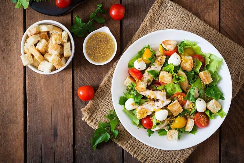 Salát s kuřecím a mozzarellou