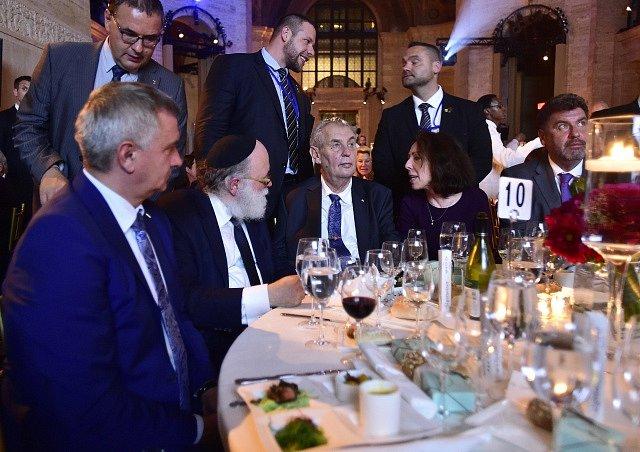 Prezident Miloš Zeman (uprostřed) na slavnostním večeru amerického židovského fondu Gershon Jacobson Jewish Continuity Foundation (GJCF) v New Yorku, kde 18. září převzal ocenění za dlouhodobou podporu Izraele a Židů.