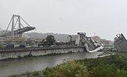 V Janově se zřítil most