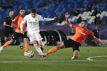 Utkání fotbalové Ligy mistrů Real Madrid - Šachtar Doněck. Vlevo domácí Federico Valverde z Realu, vpravo hostující Davit Khocholava