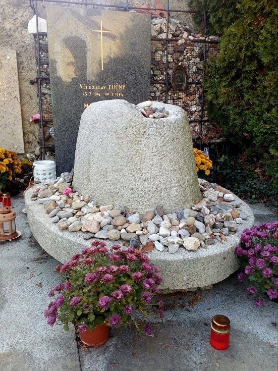 Hoštice, hrob Michala Tučného