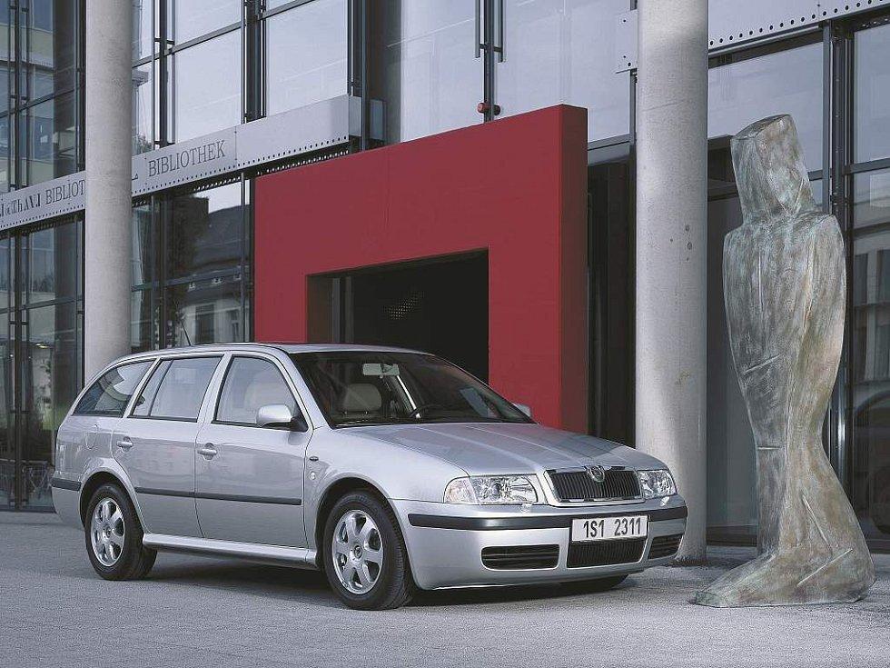 První facelift Octavie v roce 2000 byl spíše decentní. Objevují se světlomety s čirým překrytím, příď byla lehce zaoblena a auto dostalo nové nárazníky.