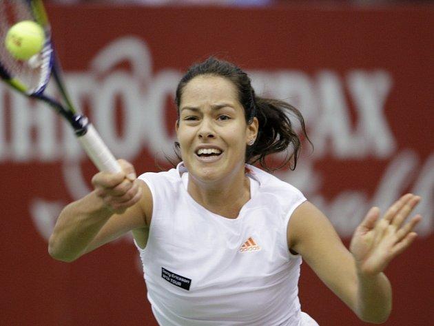 Ana Ivanovičová se na kurtech i nadále trápí.