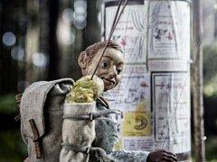 """MALÝ PÁN. Lesnímu mužíčku cosi schází. A tak jako už mnozí před ním, zjistí to až """"on the road""""."""