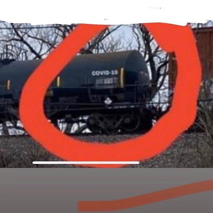 Cisterna a na ní nápis COVID-19. To musí být spiknutí