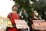 Na pět desítek aktivistů demonstrovalo 19. července před krajským úřadem v Pardubicích proti prodloužení životnosti elektrárny ve Chvaleticích.