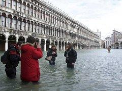 Náměstí svatého Marka v Benátkách je pod vodou.