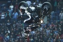 Chuck Carothers při úspěšném pokusu o salto vzad na motocyklu Harley Davidson.
