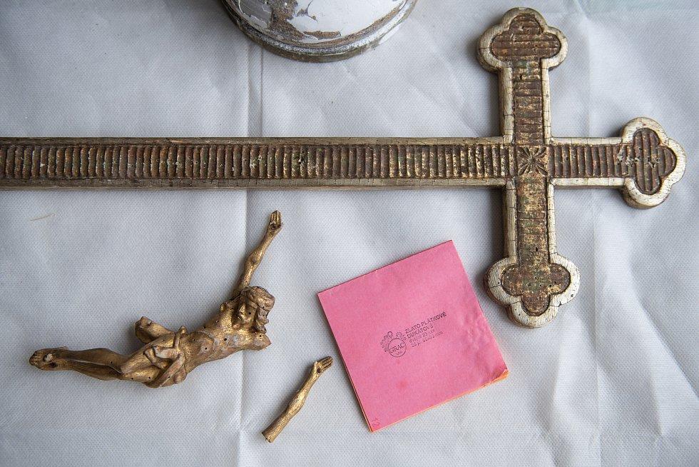 Kříže, sošky nebo rámy oken, vše se musí důkladně očistit, než na ně přijdou zlaté plátky. Knížka, ve které je 20 kusů zlatých plátků vyjde na 1000 Kč.