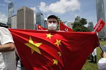 Pročínský příznivec s čínskou státní vlajkou slaví 30. června v Hongkongu schválení bezpečnostního zákona pro Hongkong.