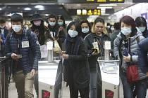Lidé v maskách v metru v Tchaj-peji