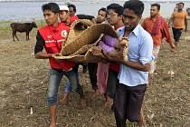 Ztroskotání trajektu na řece v Bangladéši si vyžádalo mnoho obětí.