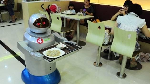V Číně sklízí úspěch restaurace s obsluhujícími a vařícími roboty.