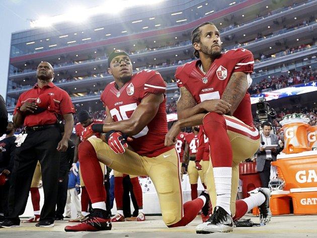 Eric Reid (vlevo) a Colin Kaepernick klečí při hymně.