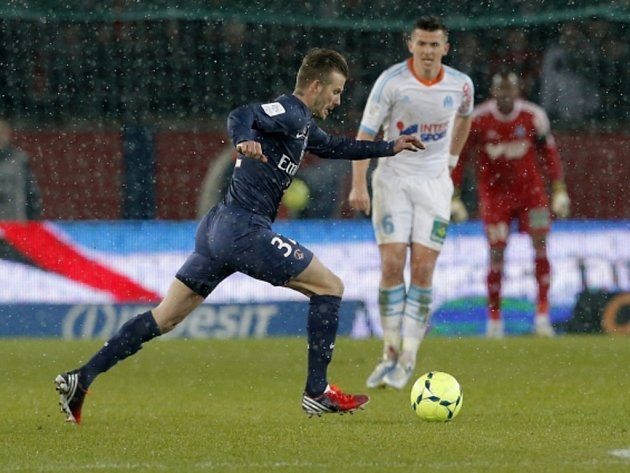 David Beckham z Paris St. Germain zakládá akci proti Marseille.