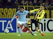 Carlos Tévez z Manchesteru City (vlevo) a Moritz Leitner z Dortmundu.