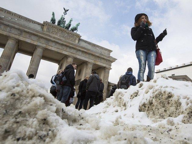 Přívaly sněhu a poklesy teplot v západní Evropě vážně narušily dopravu a život mnohých obyvatel.