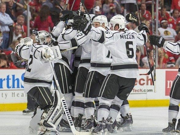 Hokejisté Los Angeles Kings a jejich radost.
