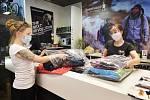 V prodejně české outdoorové značky Hannah v Plzni se zaměstnanci 24. dubna 2020 připravovali na znovuotevření. Vláda na základě vývoje pandemie koronaviru uspíšila svůj harmonogram otevírání obchodů a dalších provozoven. Už od pondělí 27. dubna 2020 by se