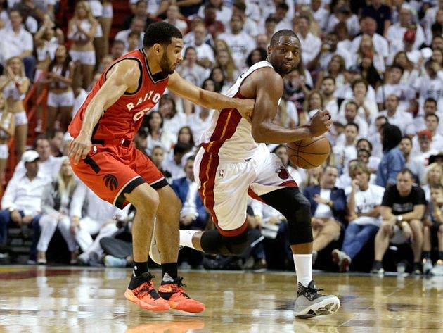 Dwyane Wade z Miami (vpravo) a Cory Joseph z Toronta.