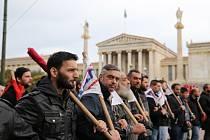 Protestující v ulicích Atén.