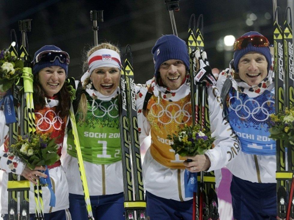 Stříbrná štafeta. Čeští biatlonisté (zleva) Veronika Vítková, Gabriela Soukalová, Jaroslav Soukup a Ondřej Moravec nestačili na olympijských hrách v Soči jen na Norsko.