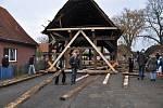 Centimetr po centimetru přesunout zhruba dvacetitunovou konstrukci hrázděného domku z doby německé reformace o 140 metrů byl úkol, s nímž se tři dny potýkali tesaři v dolnosaské obci Martfeld na severu Německa