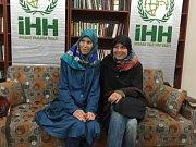 Dvě Češky unesené v roce 2013 v Pákistánu jsou volné. Informovala o tom turecká média. V pátek 27. března ženy dorazily do Turecka. Na snímku zveřejněném tureckou humanitární organizací IHH je Antonie Chrástecká vlevo a vpravo Hana Humpálová.