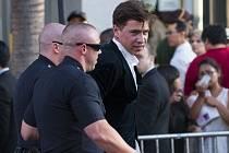 Útočníka, který napadl Brada Pitta, odvedla policie.