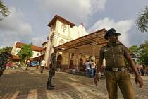 Vojáci před kostelem sv. Šebestiána v Negombu na Srí Lance po bombovém útoku.