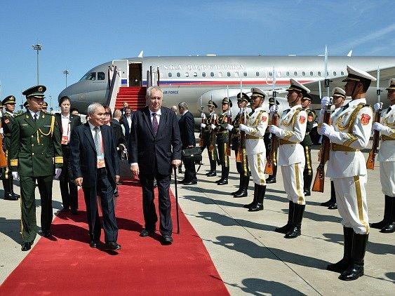 Miloš Zeman po příletu na letiště v Pekingu.