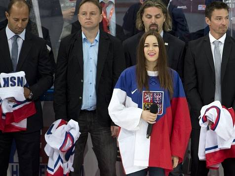 Na snímku jsou (zleva) Martin Ručinský, Pavel Patera, David Moravec a Petr Čajánek. Českou a kanadskou hymnu před úvodním vhazováním zazpívala Karolína Gudasová (uprostřed).