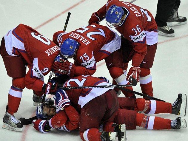 Čeští hokejisté (zleva) Milan Michálek, Lukáš Krajíček a Petr Čáslava, uprostřed klečící Martin Havlát a na zádech ležící Patrik Eliáš slaví gól proti Slovensku.