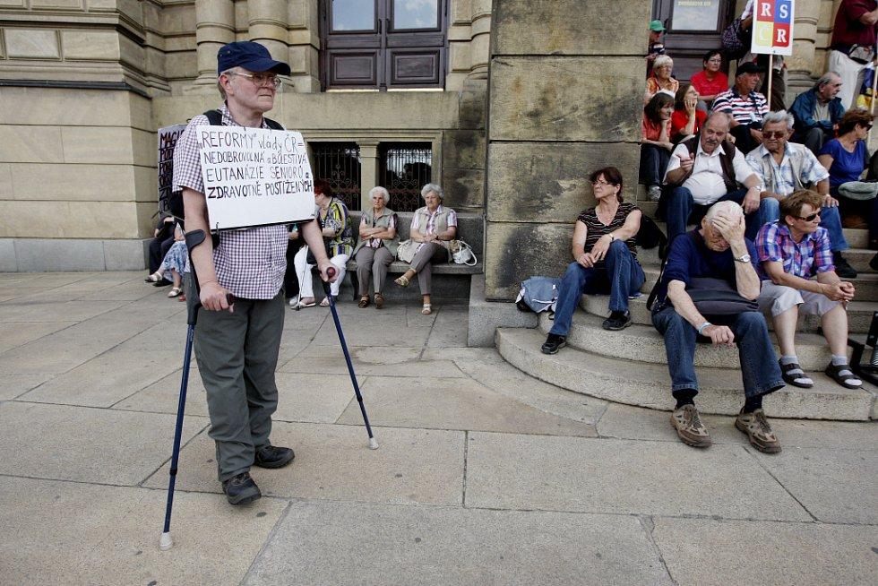 Důchodci protestovali 30. května v centru Prahy proti vládním úsporným opatřením.