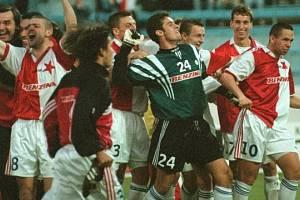Fotbalisté Slavie slaví úspěch proti Schalke 04.