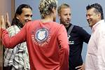 Zleva hráči Marek Kincl, Miroslav Obermajer a David Zoubek hovoří s majitelem střížkovských Bohemians Karlem Kaprem.