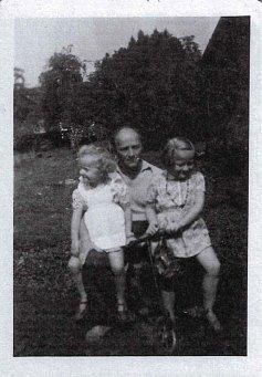 František Schnurmacher se svými dcerami Hanou a Helenou