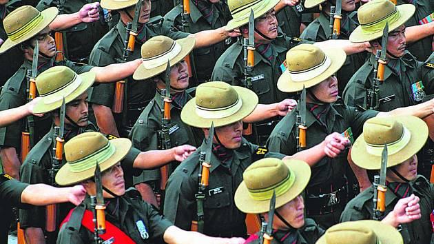 Gurkhové slouží v britských jednotkách už dvě století. Vedle toho, že to pokládají za velkou čest, zajišťují ze svého žoldu příjmy svých rodin, které v jejich rodném Nepálu živoří.