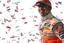 Lewis Hamilton krátce po příjezdu do hlavní sídla McLarenu ve Wokingu.