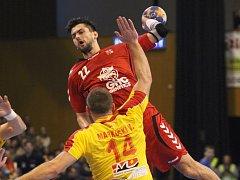 Petr Linhart (v červeném) pálí proti Makedonii.