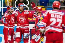 Hokejisté Třince se radují z gólu proti Hradci Králové.