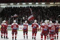 Hokejisté Slavie se radují z vítězství proti Olomouci.