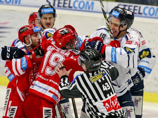 Mezi hokejisty Vítkovic (v bílém) a Třincem to jiskřilo.