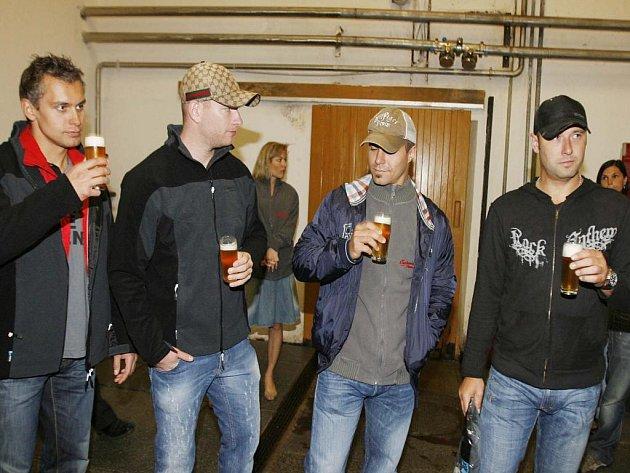 Hokejoví mistři světa Petr Gřegořek, Jiří Novotný, Tomáš Rolinek a Tomáš Vokoun (zlava) v pivovaru Budvar.