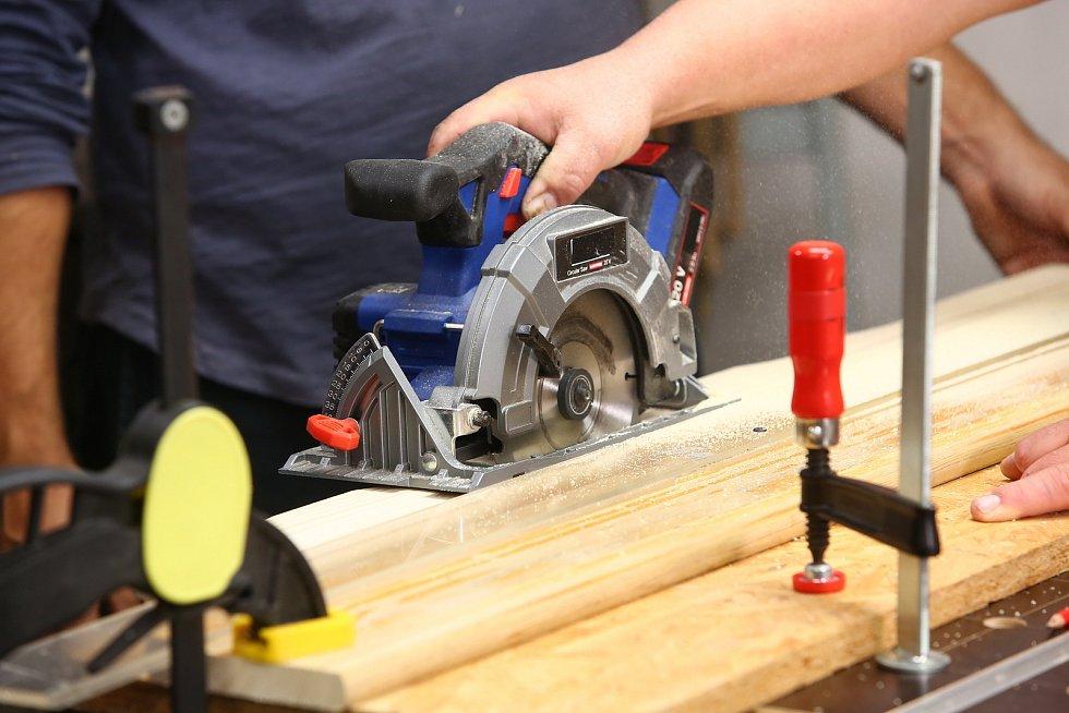 Pilou rozřízněte plotovku na dvě části.
